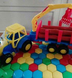 Трактор с бревнами