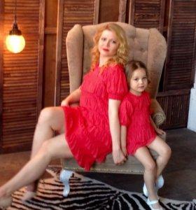 Одинаковые коралловые платья для мамы и дочки .