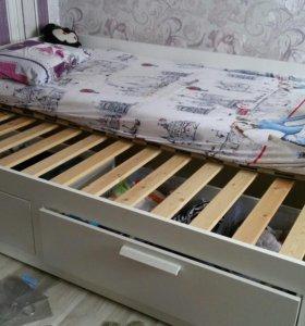 Кровать односпальная. С выдвижными ящиками.
