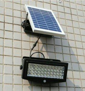 Мощный прожектор с солнечными панелями и датчиками