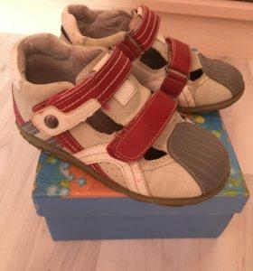 Туфли с закрытым носиком на липучках