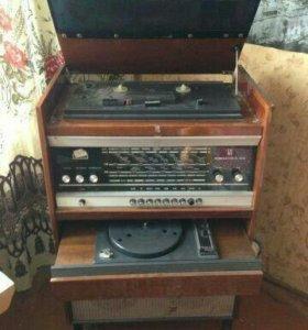 Телевизор старый и граммофон
