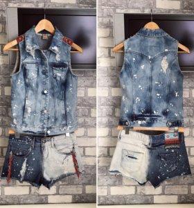 Джинсовые шорты и жилетка