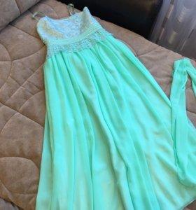 Красивое платье мятного цвета на бретельках