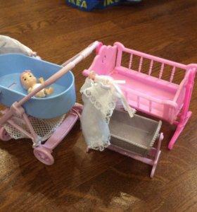 Малыш с кроватками и коляской