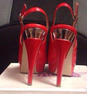 Босоножки на каблуке красные