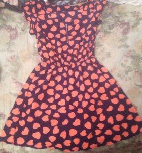 Пестрое платье в узор-сердце
