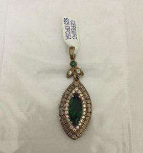 Серебряный и зеленый кулон драгоценного камня