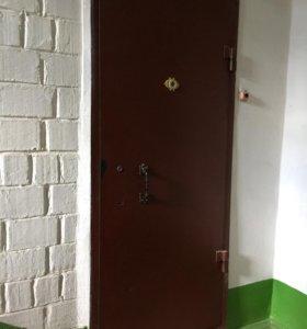 Железная дверь.