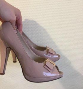 Туфли на каблуках с открытым носком