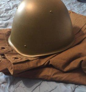 Плащ-палатка и каска армейские