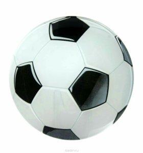 Мячи футбольные и разноцветные.