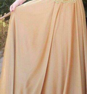 Длинное вечернее платье золотистого цвета