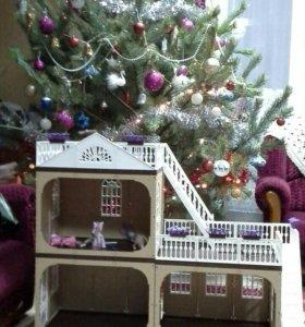 Большой дом для кукол с мебелью.