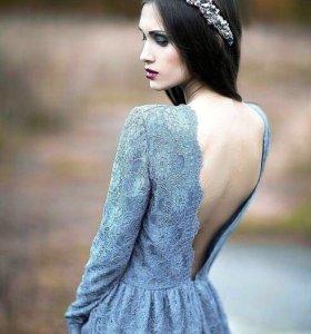 Серое платье с открытой спиной