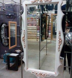Шикарное зеркало в деревянной раме