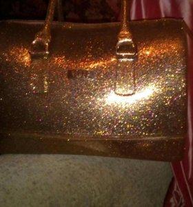 Новая сумка  не промакает