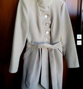 Новое демисезонное пальто 46 р