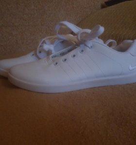 Кроссовки новые белые