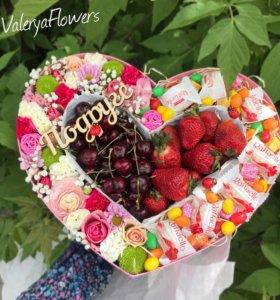 Коробка с цветами и ягодами