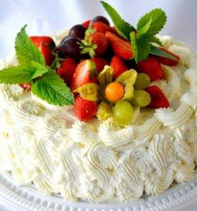 Торт с кремовым оформлением и свежими ягодами
