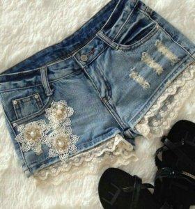 Шорты джинсовые с аппликацией.