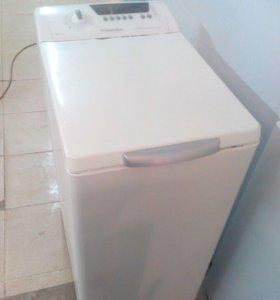 Вертикальная стиральная машина Electrolux.