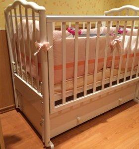 Детская кроватка с маятниковым механизмом качания