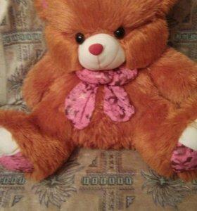 Рыжий плюшевый медведь