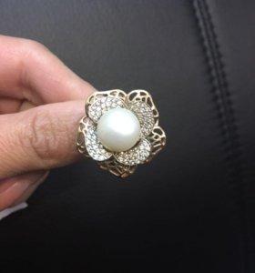 Кольцо золотое с жемчужиной и фианитами