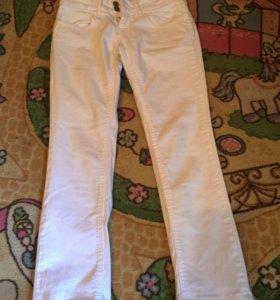 Продам белые джинсы 24-25