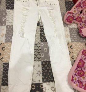 Белые джинсы с клепками