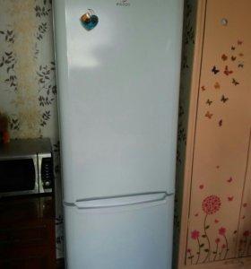 Комбинированный холодильник с морозильной камерой.