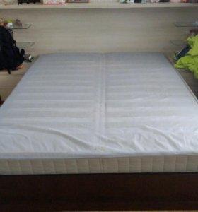 Комфортная кровать с удобным матрасом и тумбачками