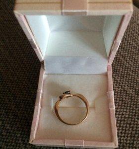 Золотое кольцо с камнем.