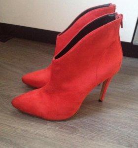 Красные сапоги на каблуке
