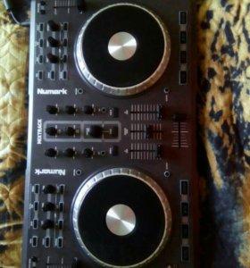 Dj контроллер Numark mixtrack