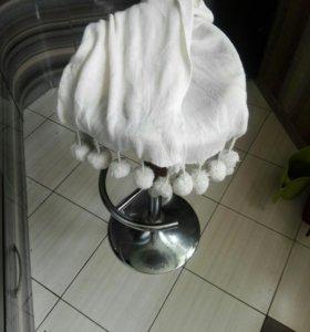 Белый шарф с пумпонами