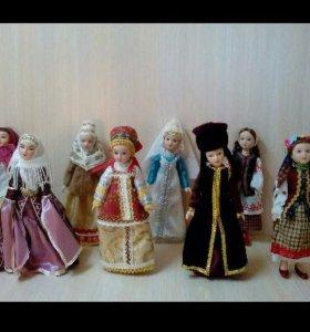 Фарфоровые куклы в народных костюмах.