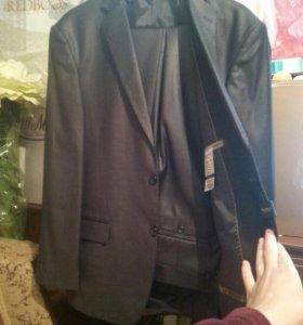 мужской новый костюм в чехле