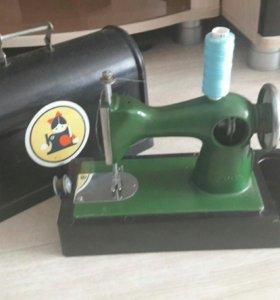 Детская швейная машинка времен СССР