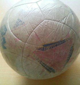 Футбольный мяч Adidas б/у.В хорошем состоянии.