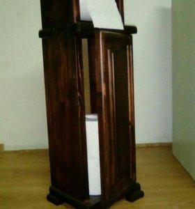 Деревянный шкафчик для туалетной бумаги.