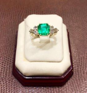 Эксклюзивное кольцо с изумрудом и бриллиантами 750