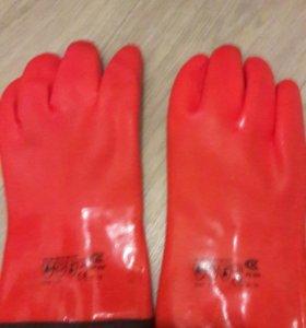 Перчатки резиновые с утеплителем новые.