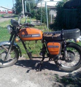 Мотоцикл с шлемом