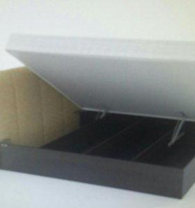Кровать с подъемным механизмом и матрасом.
