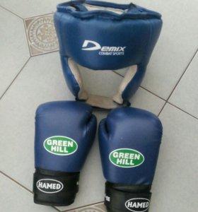 Шлем и боксерские перчатки