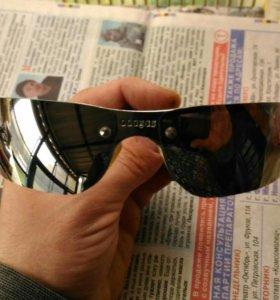 Очки с хромированными стеклами и оправой.