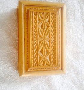 Старинная деревянная шкатулка.